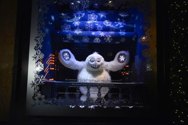 best-window-displays_saks-fifth-avenue_2013_christmas_the-yeti-story_03-1000x666