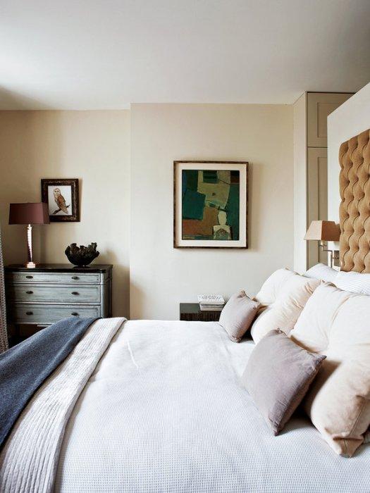 el-dormitorio-esta-decorado-con-arte_ampliacion