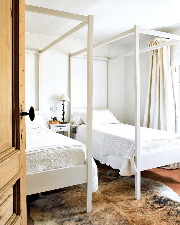doseles-sin-vestir-en-el-dormitorio-de-invitados_ampliacion