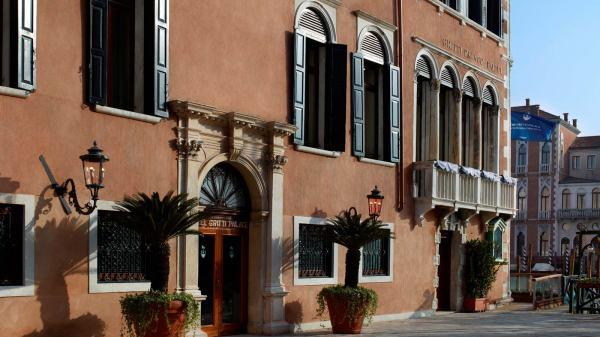 Hotel_Exterior_Santa_Maria_del_Giglio_Square