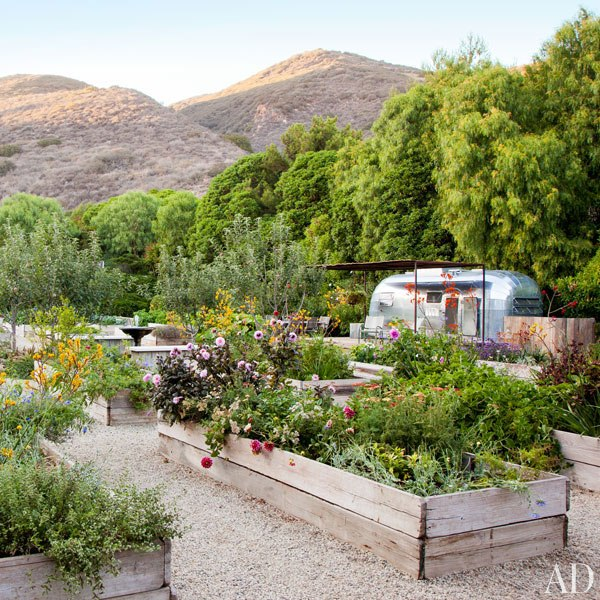 item6.rendition.slideshowWideVertical.patrick-dempsey-malibu-home-11-gardens-airstream-trailer
