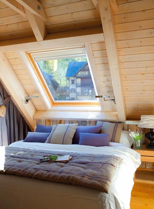 dormitorio_con_techo_abovedado_y_ventana_tipo_velux_sobre_la_cama_943x1280