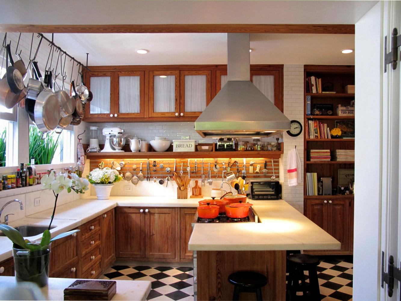 Cozinha com cara de fazenda aqui a atriz reina e demonstra os seus  #A56026 1333 1000