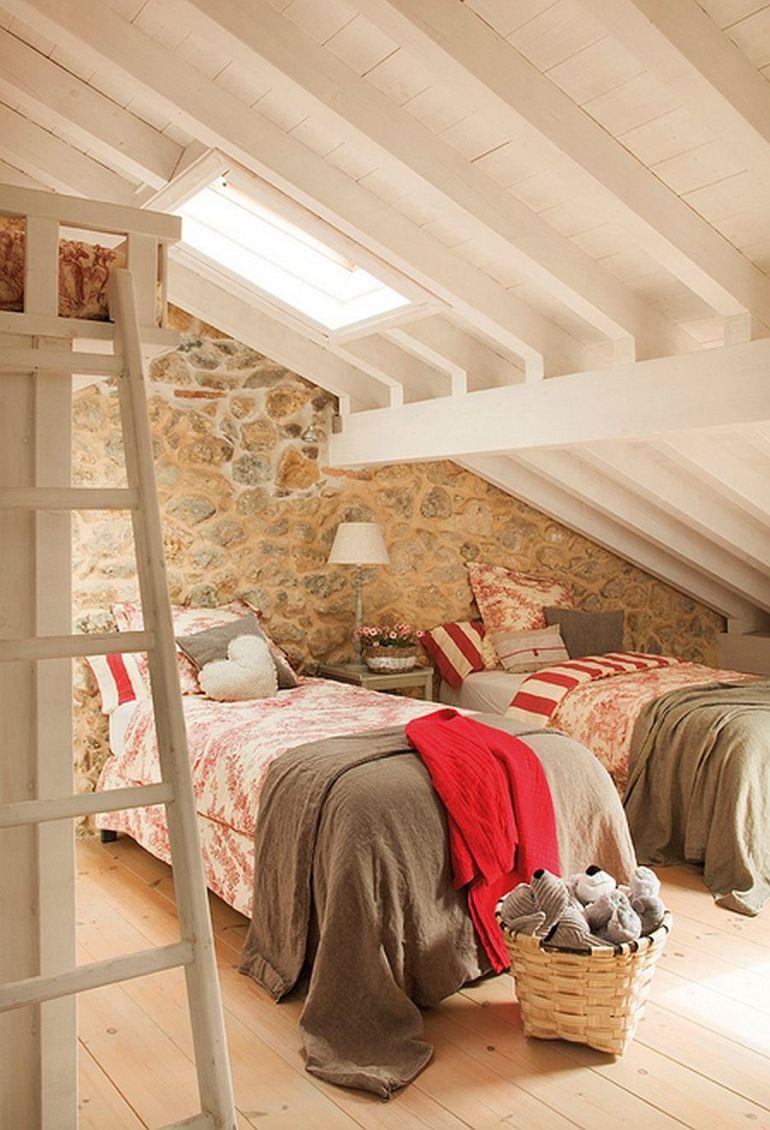 Duas camas em frente á linda parede de pedras, as colchas em Toile de