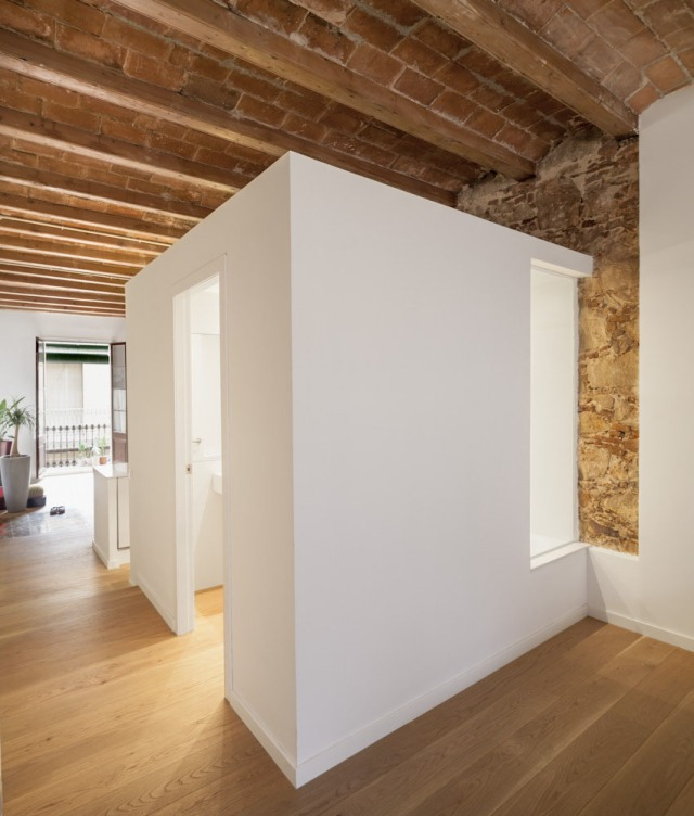Les-Corts-Stone-Wall-Apartment_3