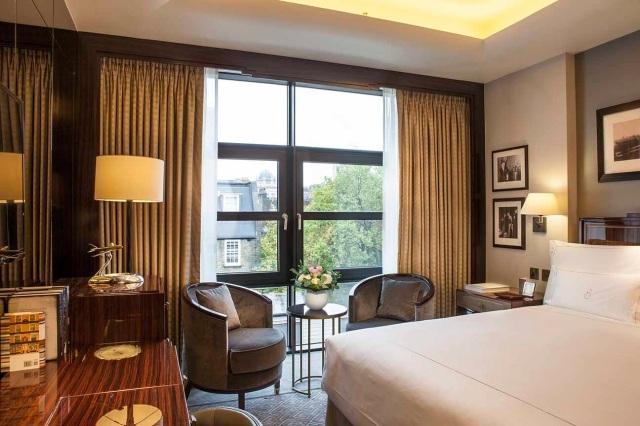 8112-classic-bedroom-atrium