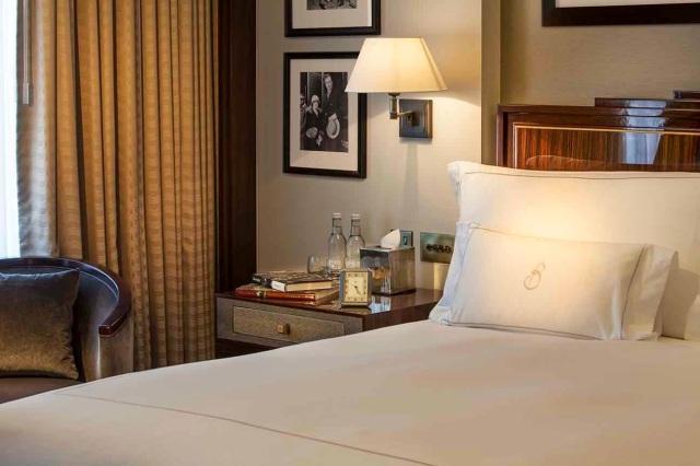 8304-classic-bedroom-detail
