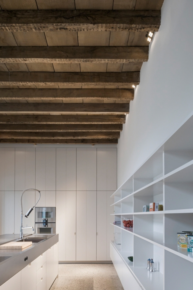exposed-timber-ceiling-storage